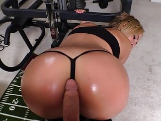 Lusty blonde gives an assjob during her workout